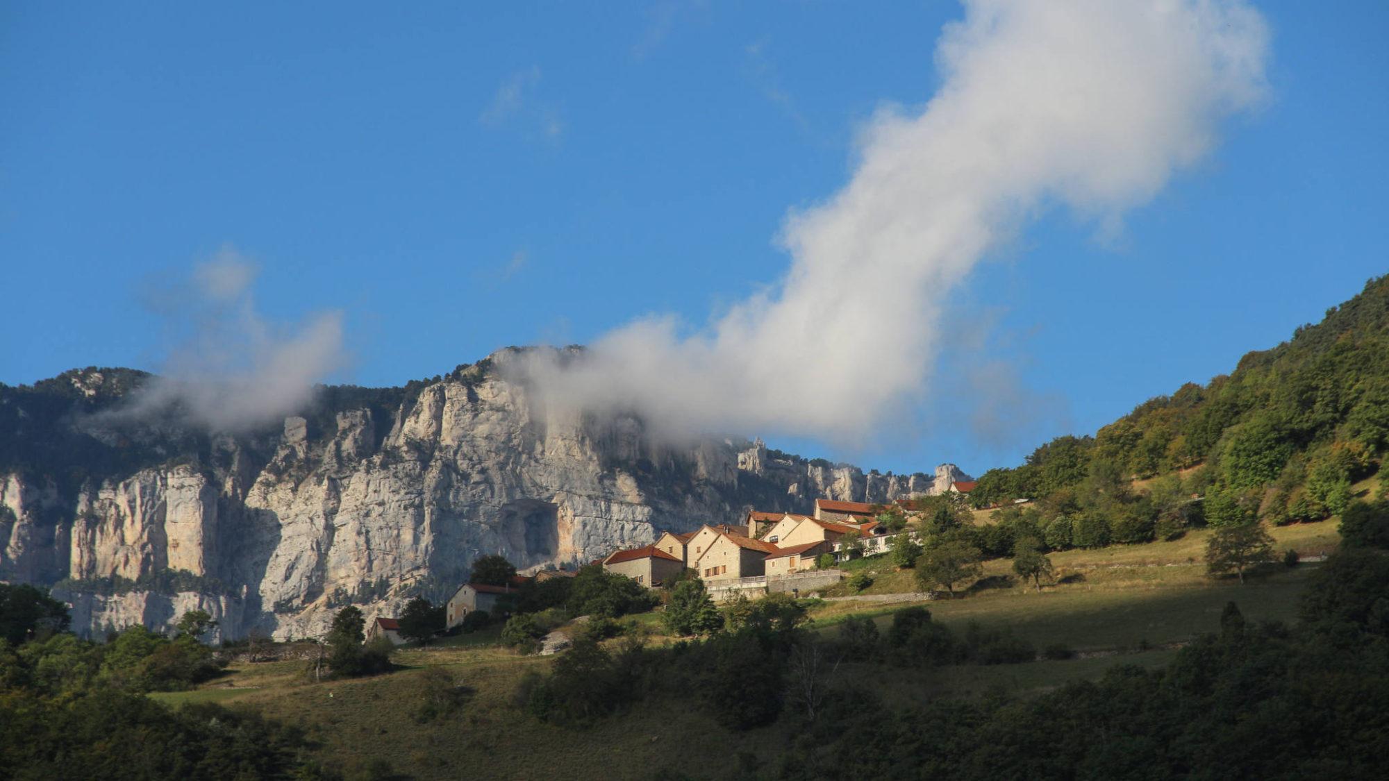 Le village perché de Bénevise près du cirque d'Archiane - photo P. Gaudin