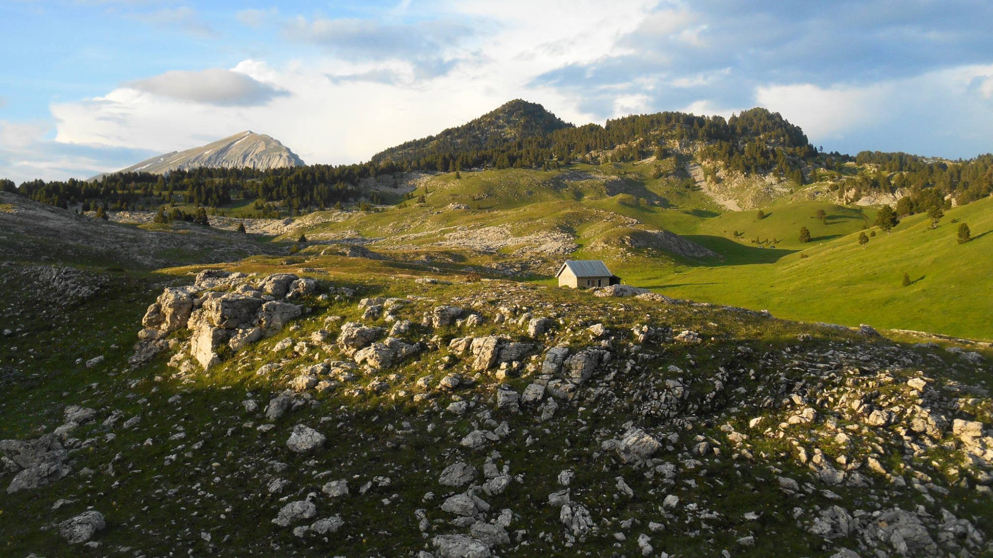 paysage des plateaux du Vercors au couchant, un décor de rêve pour une rando en famille