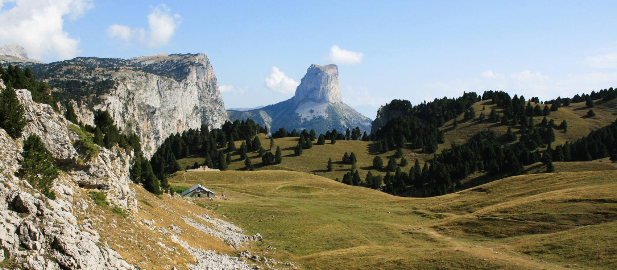 Randonnée en liberté dans le Vercors : le Mont Aiguille vue des Hauts Plateaux du Parc Régional du Vercors