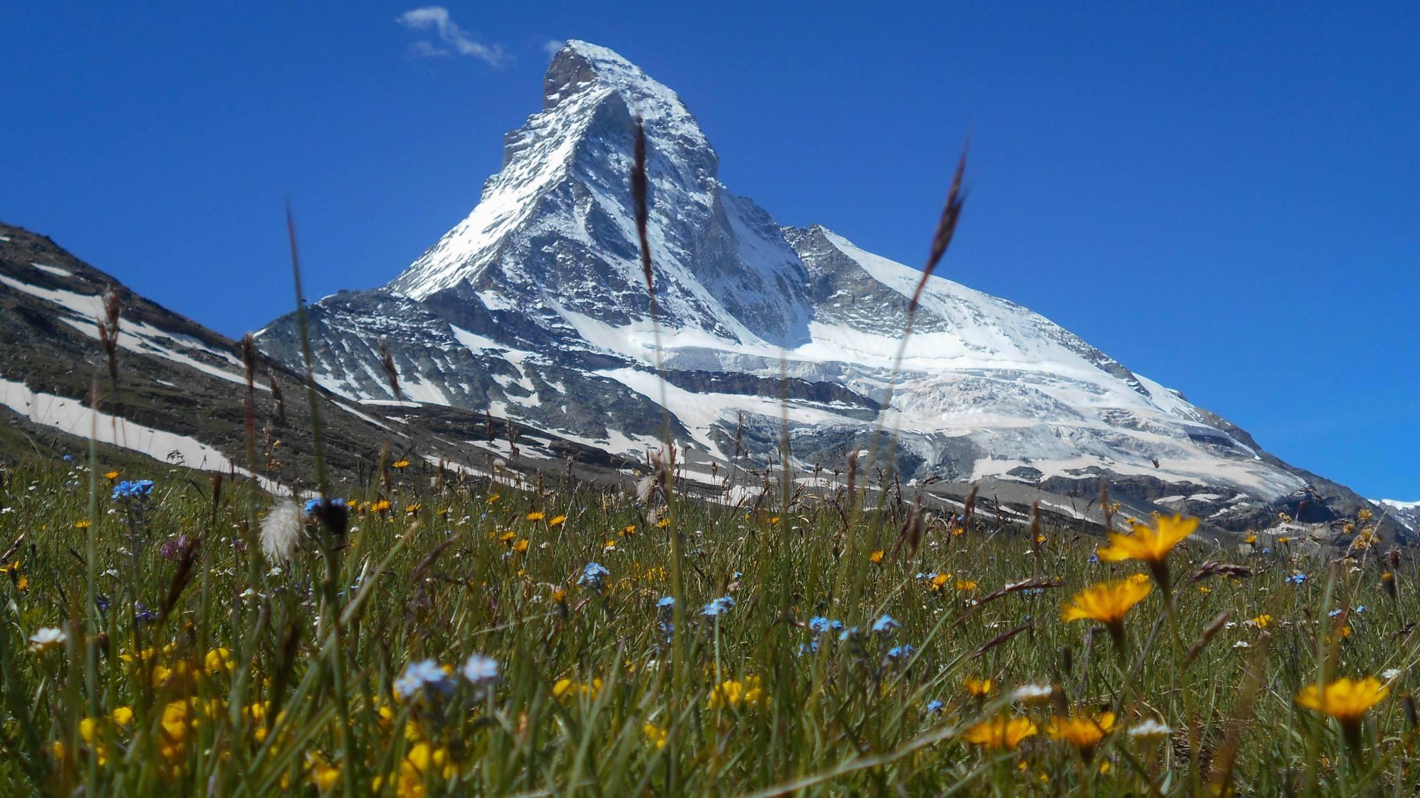 Randonnée en Val d'Aoste, face au Cervin, montagne mythique des Alpes...