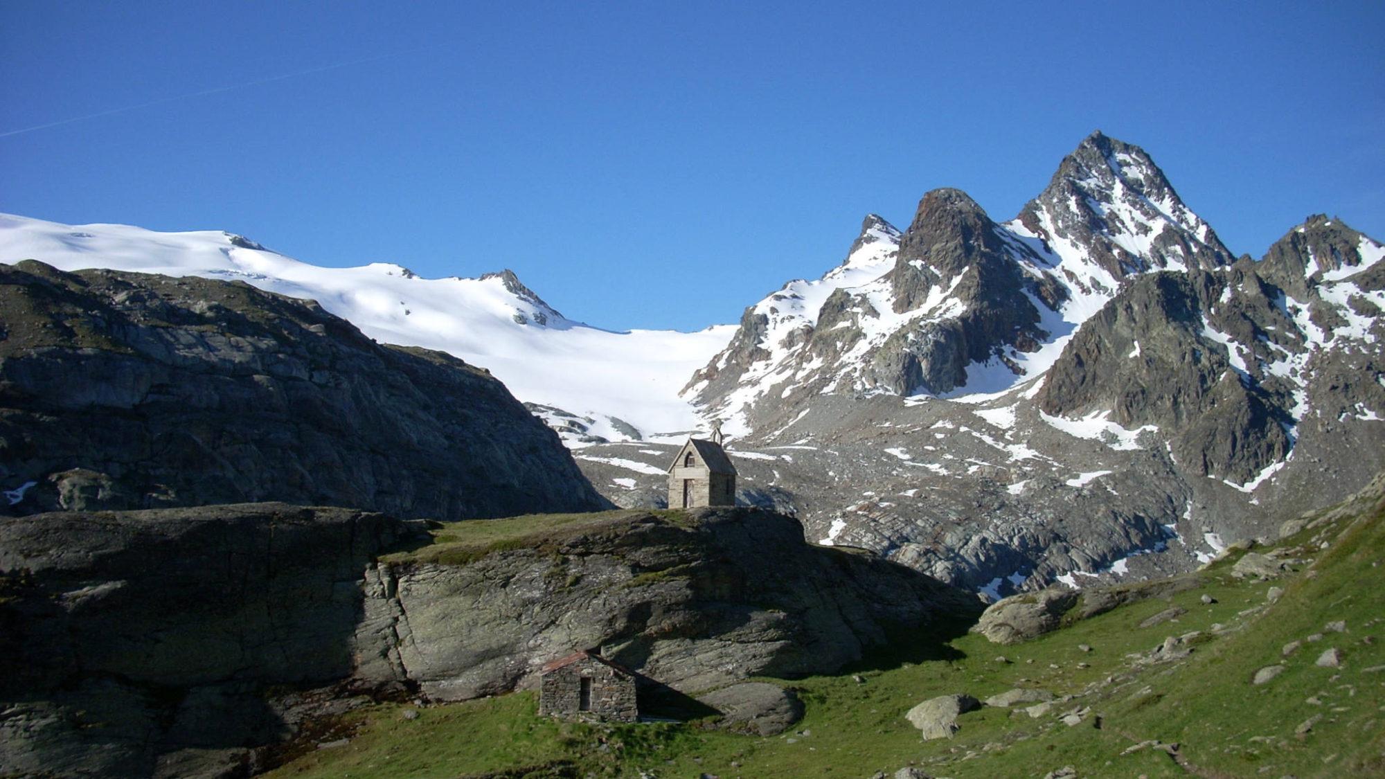Chapelle devant le glacier du Ruitor