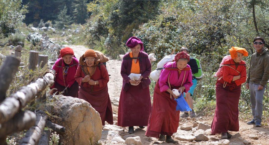 Rencontre pendant le trek avec des nonnes dans la vallée du Solu Khumbu, Népal