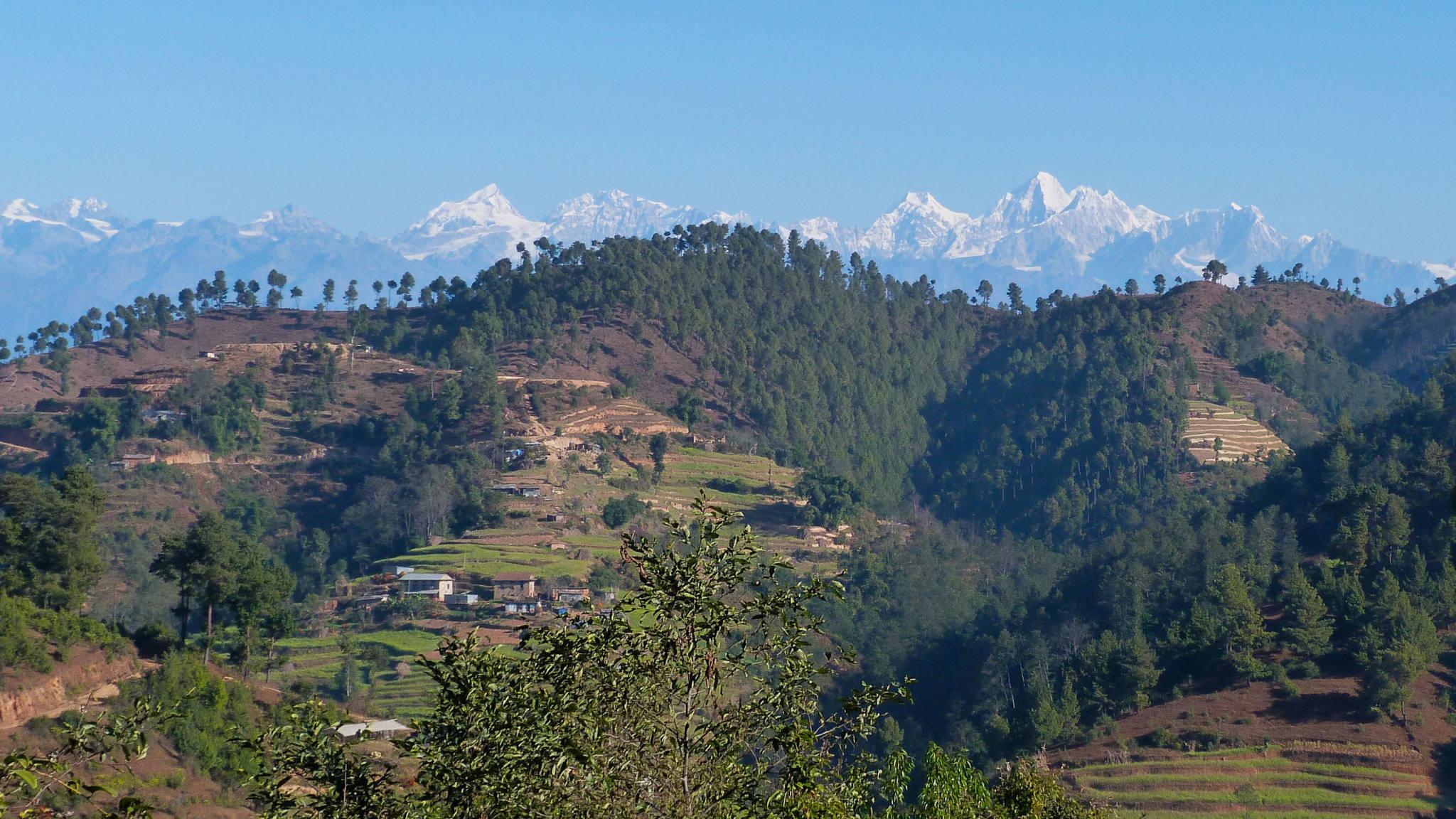 Trek dans les piémonts himalayens, avec des vues extraordinaires sur les sommets