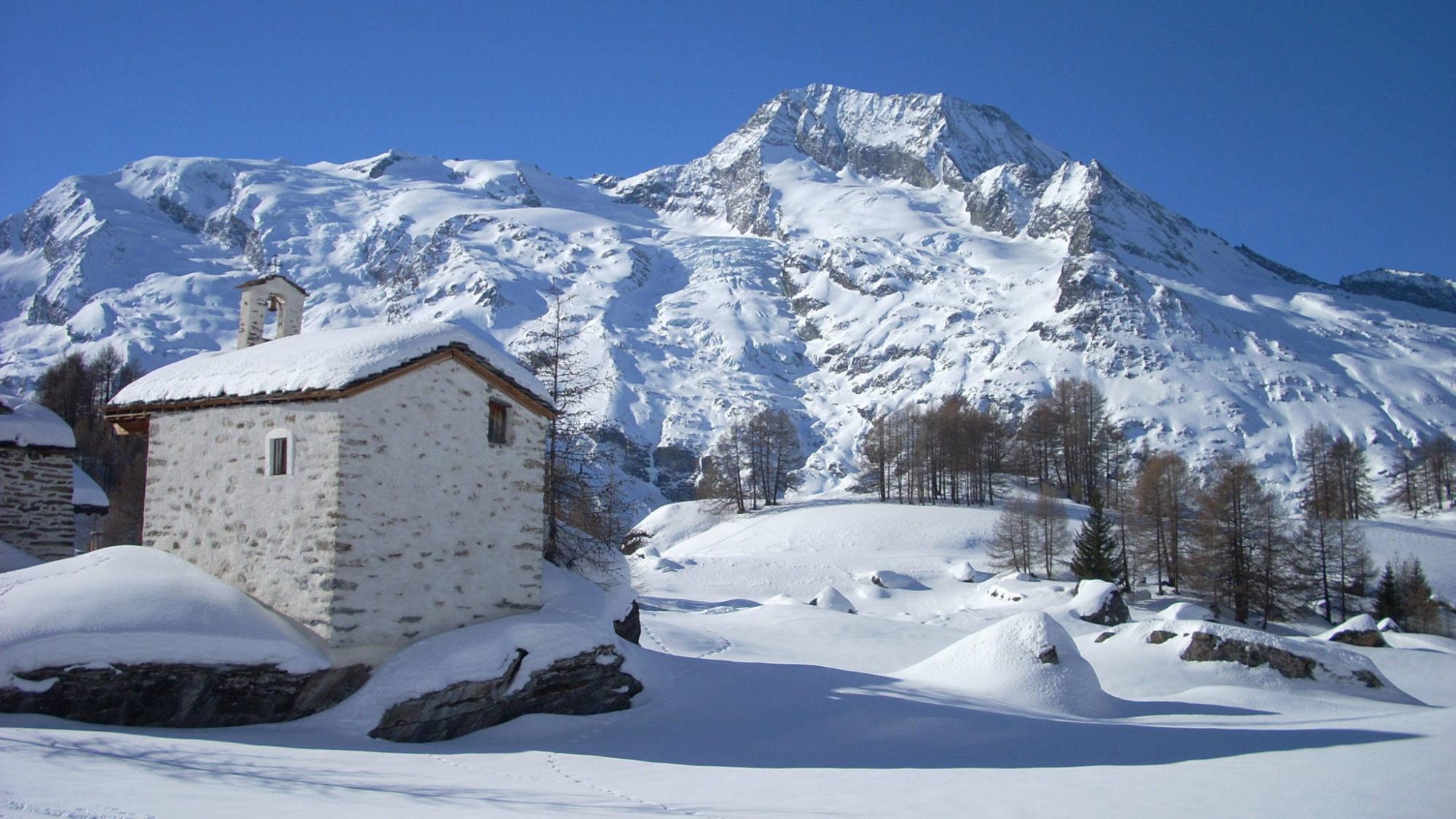 La chapelle du Monal face au Mont-Pourri et au Dôme de la Sache