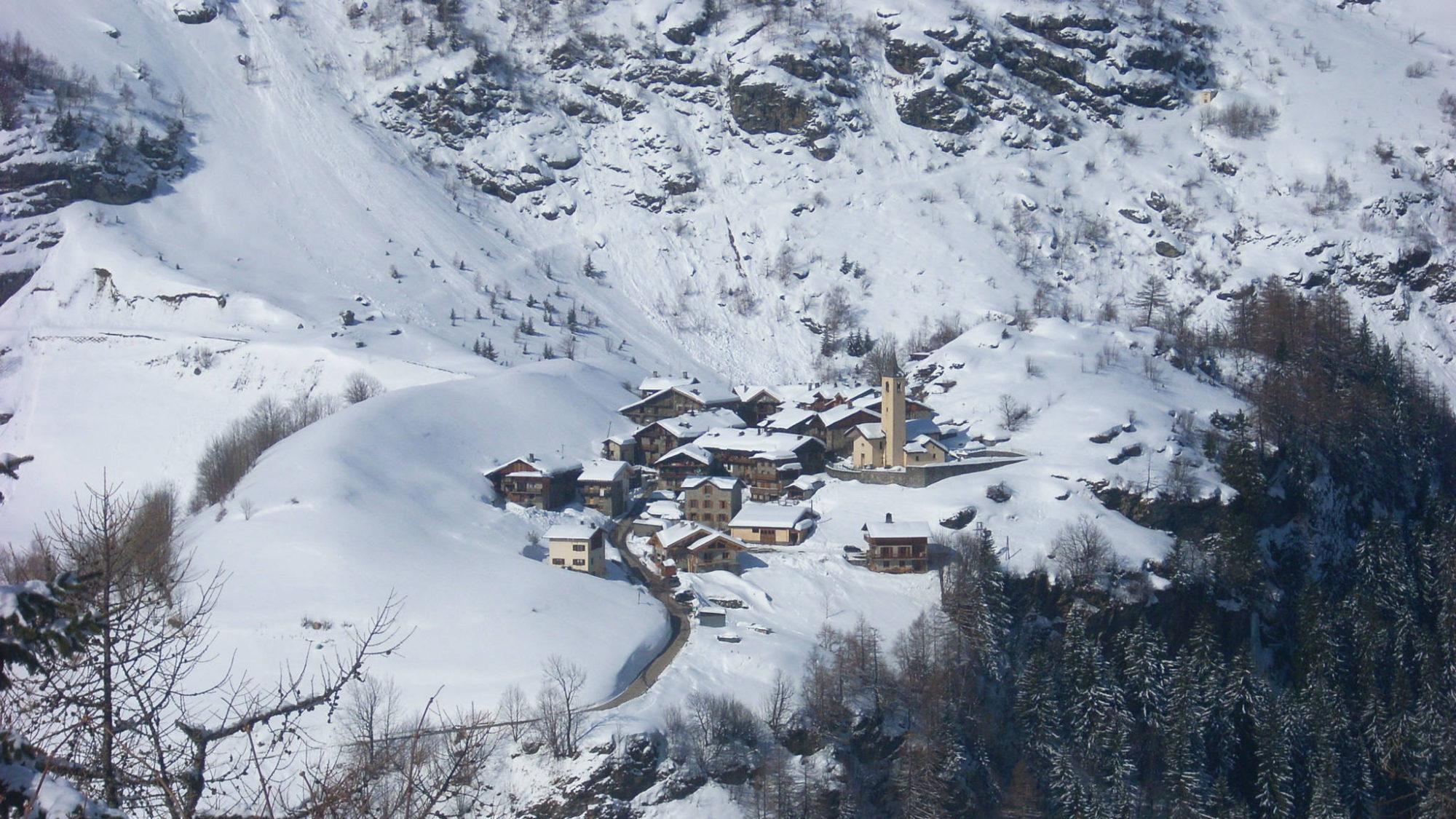 Village de La Gurraz au pied des glaciers de la Sache