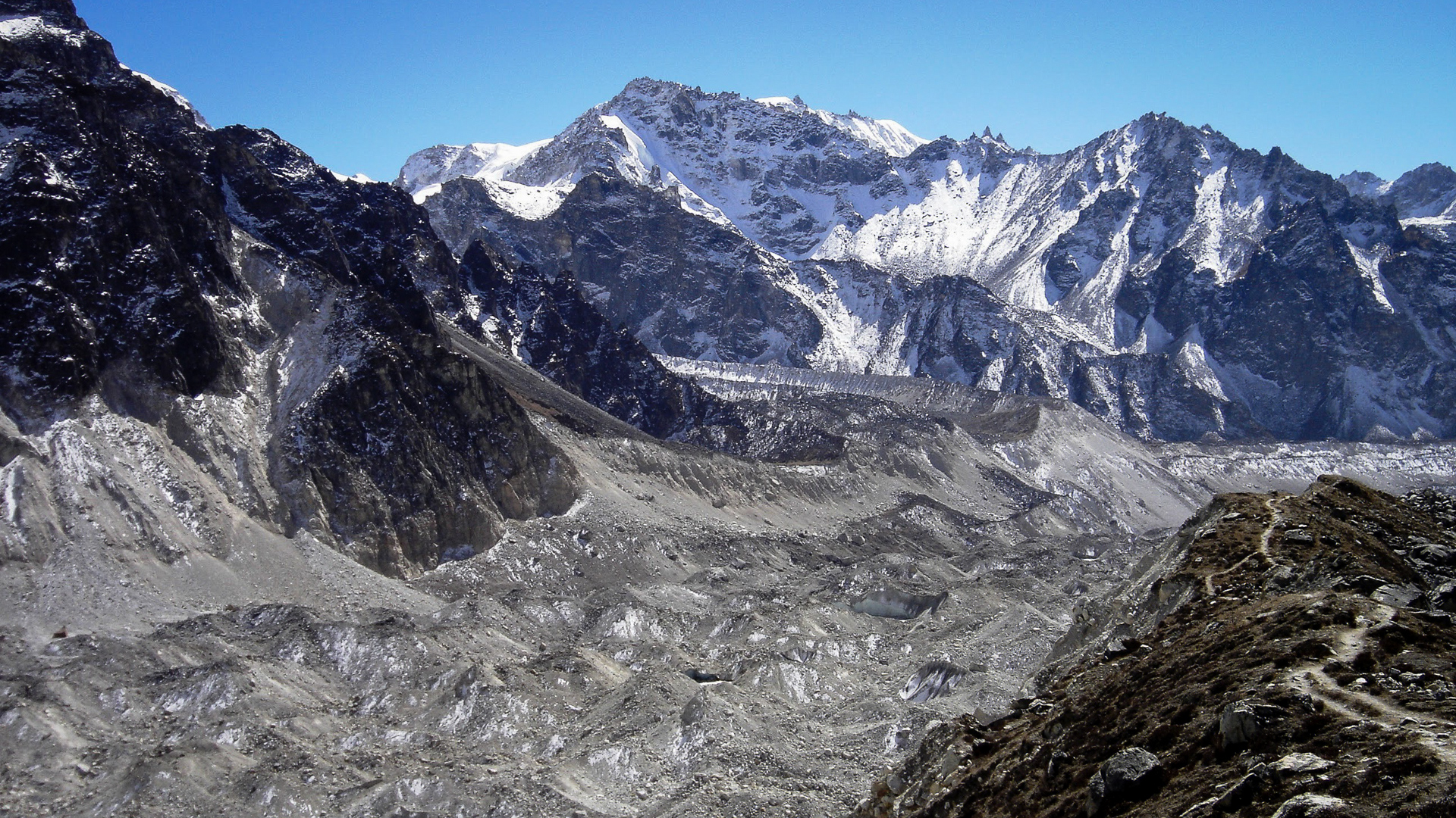 Le glacier de Yalung qui descend du versant Sud du Kanchenjunga