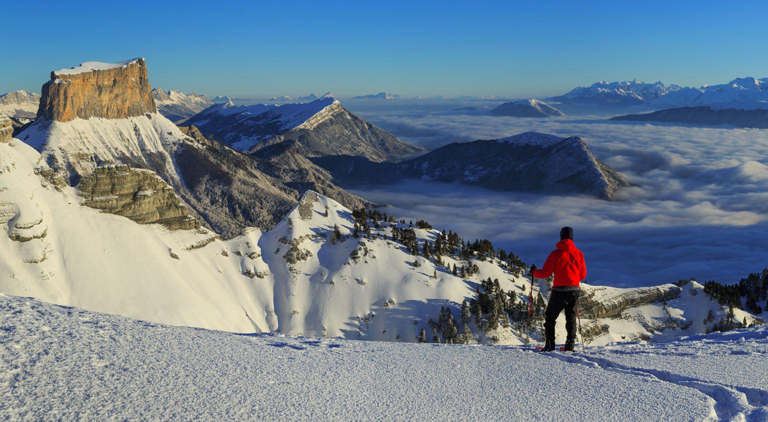 Randonneur devant le Mont Aiguille - Vercors © adobestock.com